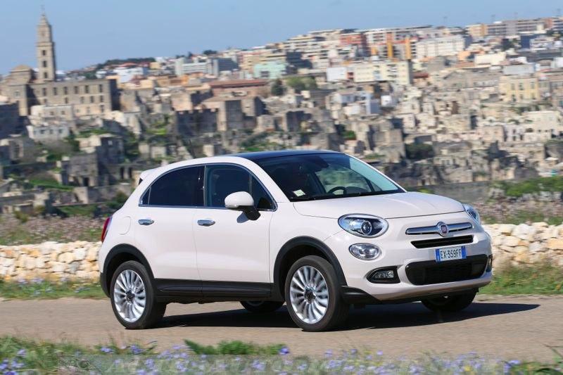 Fiat 500X devant le village de Matera