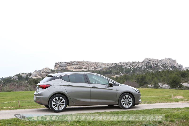 Profil de la nouvelle Opel Astra aux Baux de Provence