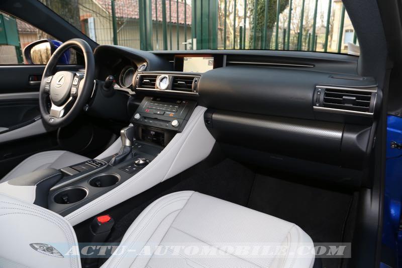 Planche de bord du coupé Lexus RC