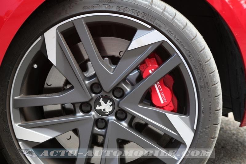 Roue avant de la Peugeot 308 GTI 270