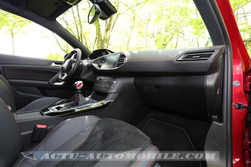 Planche de bord de la Peugeot 308 GTI 2015