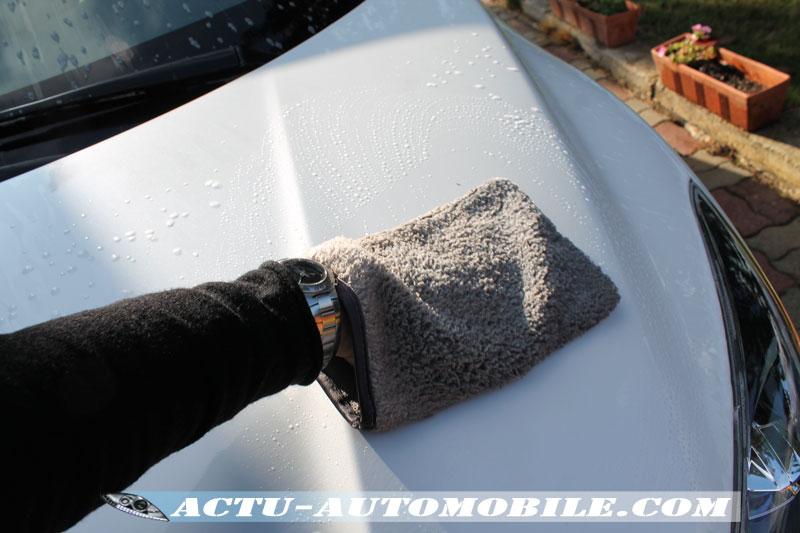 Nettoyage de la carrosserie avec un gant spécifique pour la carrosserie.