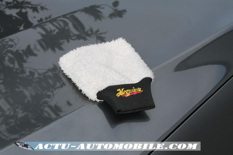 Pour le nettoyage de la carrosserie en toute sécurité nous avons opté pour le gant de lavage Ultime de Meguiar's