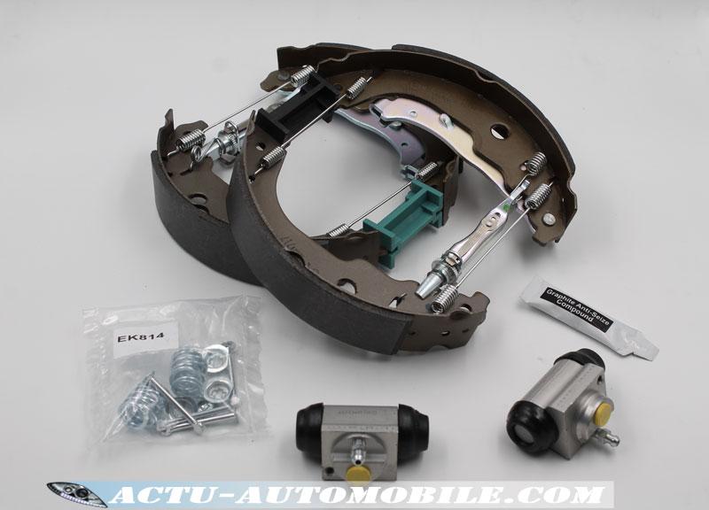 Le Kit Super Pro Bosch comprend : 1 jeu de mâchoires, 2 cylindres de roue & les différents accessoires.