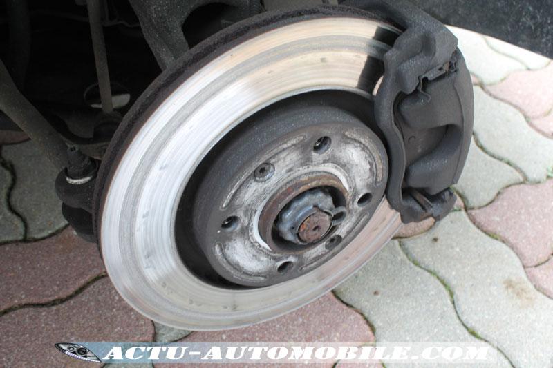 Disques de frein sur notre véhicule test avant remplacement (40 000 km effectués)