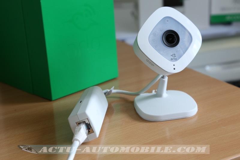 Caméra Arlo Q Plus avec son port Ethernet externe pour l'alimentation et la connexion