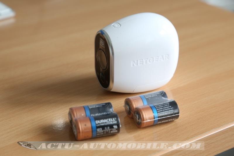 La Caméra Arlo fonctionne avec 4 piles qui ne sont pas rechargeables