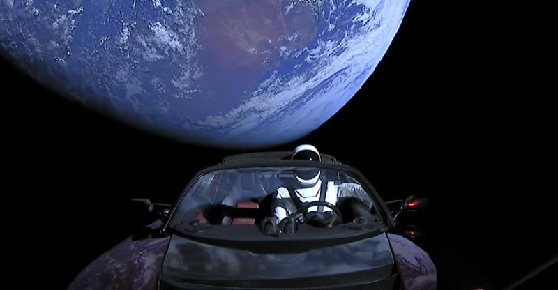 Une Tesla Roadster en orbite autour de la terre