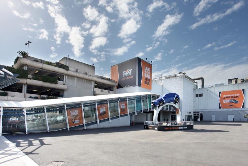 Installation publicitaire pour Sixt à l'aéroport de Nice