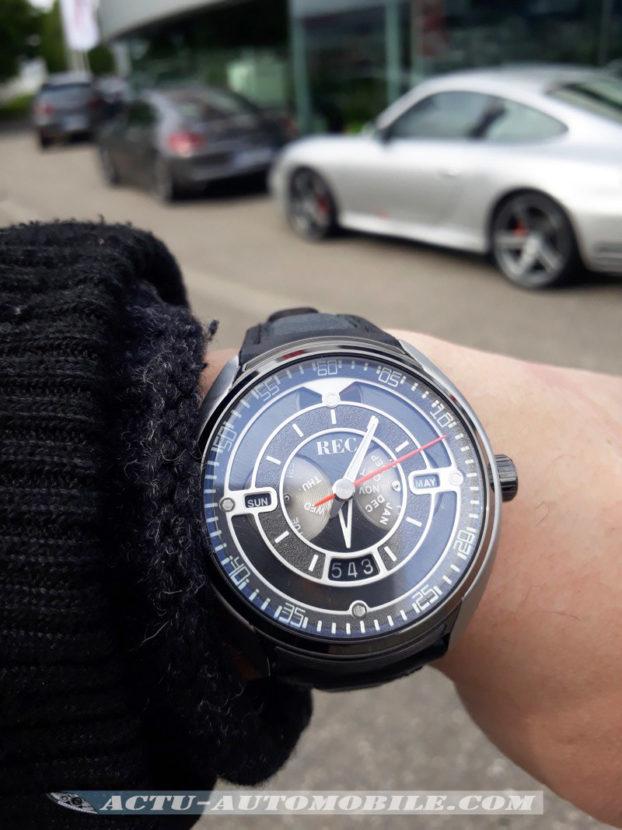 Montre REC 901 devant un centre Porsche en France