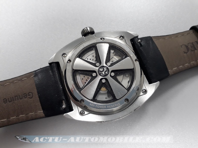 Difficile d'imaginer un plus bel envers au cadran d'une montre inspirée d'une Porsche