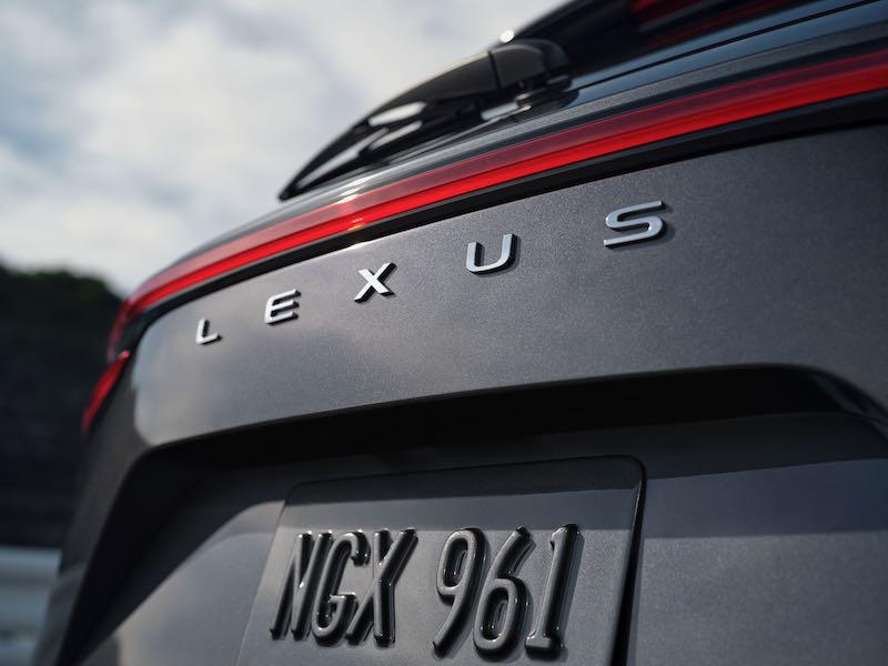 Le lettrage Lexus sur le hayon remplace le logo Lexus
