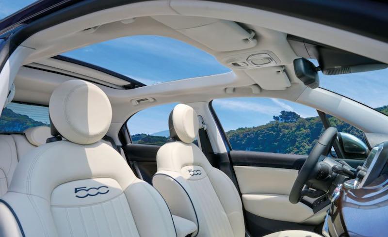 Les sièges et le toit panoramique de la 500X Yachting