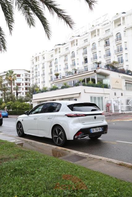 La Peugeot 308 pose fièrement sur la Croisette